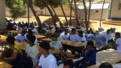 Lampedusa, migranti ammassati e senza mascherine 1
