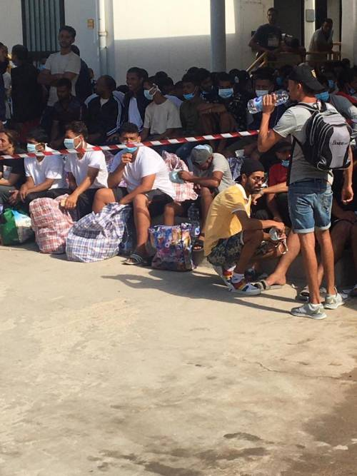 Lampedusa, migranti ammassati e senza mascherine 3