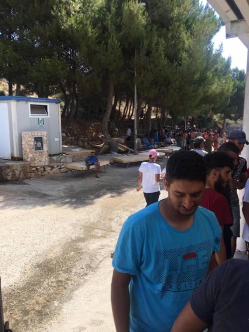 Lampedusa, migranti ammassati e senza mascherine 4