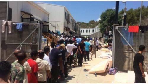 Lampedusa, migranti ammassati e senza mascherine 5