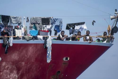 Il Viminale distribuisce infetti. Sposta migranti in tutta Italia