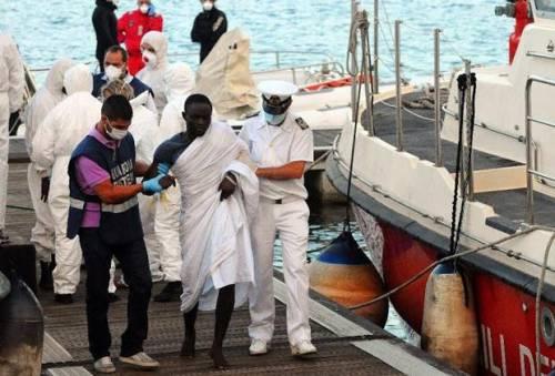 """""""Il governo gioca con il fuoco"""". Sbarcano altri migranti infetti"""