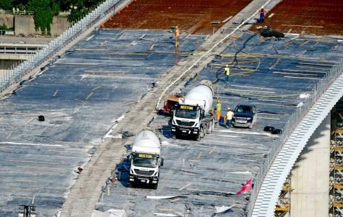 Quei 54 camion carichi usati per il collaudo del nuovo ponte Morandi