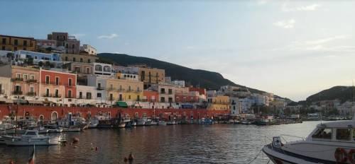 """Ponza chiede più polizia e blocca i turisti in barca: """"Vietato scendere a terra"""""""