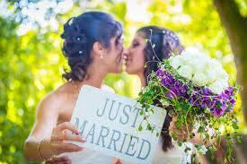 """E ora il parroco sposa 2 donne: """"Garantiamo i diritti di tutti"""""""