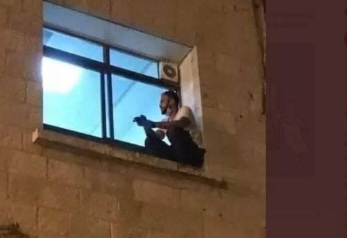 La madre è ricoverata: ogni notte si arrampica alla finestra dell'ospedale