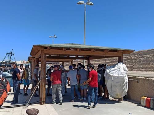 Sicilia martoriata dagli sbarchi. E 30 migranti scappano da Pozzallo