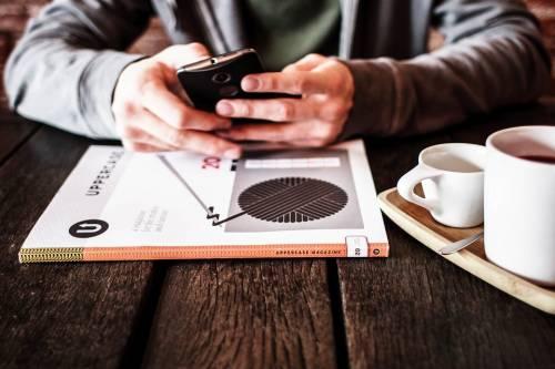 Usare lo smartphone durante la pausa pranzo fa ingrassare