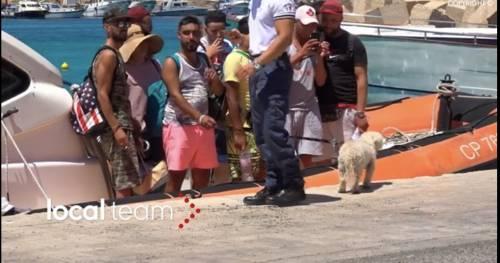 Ecco i nuovi migranti di Lampedusa: cappello in paglia, bagagli e barboncino al seguito