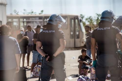 """Migranti, 73 positivi al Covid nell'hotspot di Pozzallo. Sindaco: """"Arriveranno 90 militari"""". Nuova nave quarantena: sarà in Calabria"""