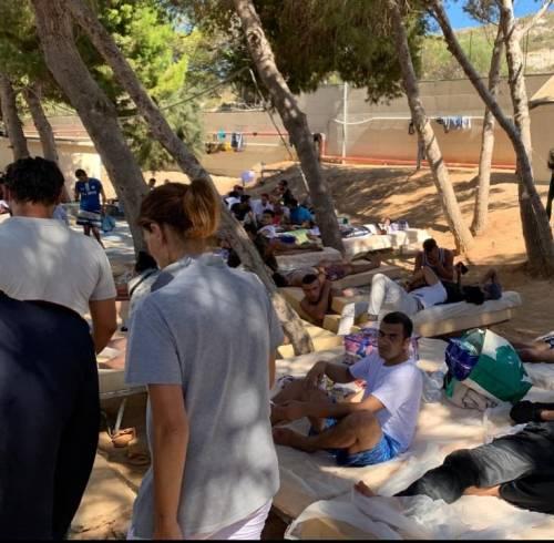 Migrante positivo a spasso per Palermo  E Lampedusa chiude l' hotspot