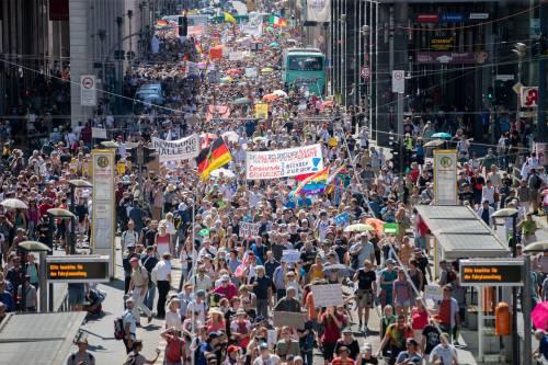 Negazionisti a Berlino, la polizia scioglie il corteo