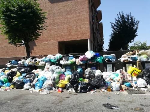 Le palazzine invase dalla spazzatura nel quartiere romano di Cinquina 2