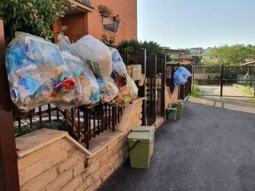 Le palazzine invase dalla spazzatura nel quartiere romano di Cinquina 3