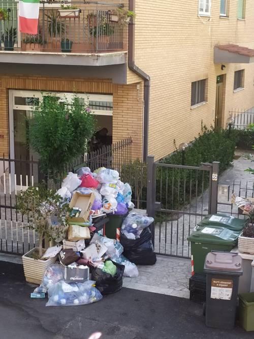 Le palazzine invase dalla spazzatura nel quartiere romano di Cinquina 4