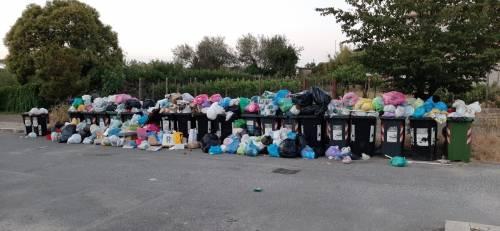 Le palazzine invase dalla spazzatura nel quartiere romano di Cinquina 6