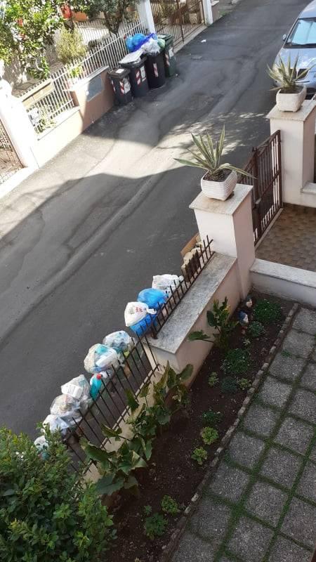 Le palazzine invase dalla spazzatura nel quartiere romano di Cinquina 9
