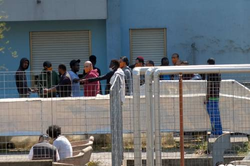 """Migranti a spasso per Lampedusa: """"Alla faccia della sicurezza sanitaria"""""""