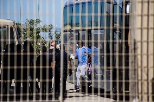 Tensione a Porto Empedocle: i migranti lanciano sedie e tavoli alle forze dell'ordine