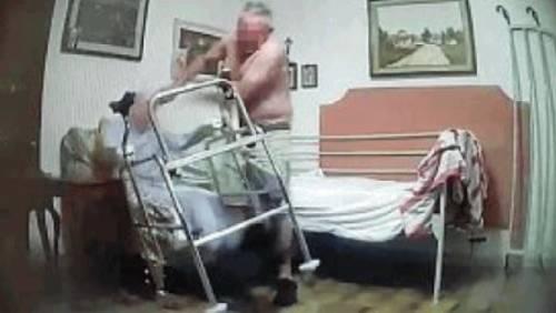 Anziano picchiato e maltrattato per dieci anni dal badante. Lo salva una lettera anonima