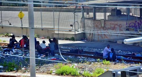 Chiuso il campo Roya, migranti occupano i binari e l'argine del fiume 5