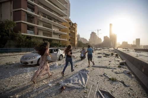 Beirut, due esplosioni devastano il porto 7