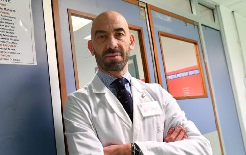 """E ora Bassetti smonta il Covid: """"Il Coronavirus? È meno letale"""""""