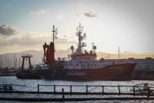 """Sea Watch sotto sequestro. L'ong: """"L'Italia impedisce di salvare i migranti"""""""