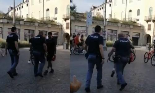"""""""Gli agenti compiono atti razzisti"""". L"""