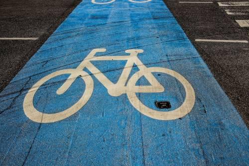 Nella ciclabile di viale Monza le bici bersaglio delle auto
