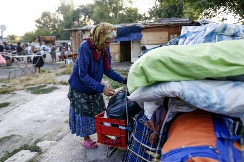 Campo rom sgomberato, l'elemosiniere del Papa porta la cena ai nomadi
