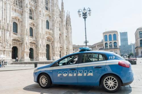 Panico in Duomo a Milano: straniero armato di coltello prende in ostaggio una guardia e la fa inginocchiare 2