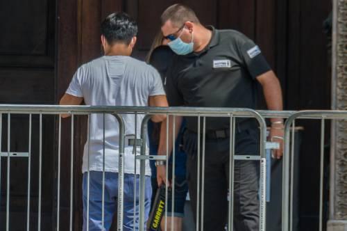 Panico in Duomo a Milano: straniero armato di coltello prende in ostaggio una guardia e la fa inginocchiare 3
