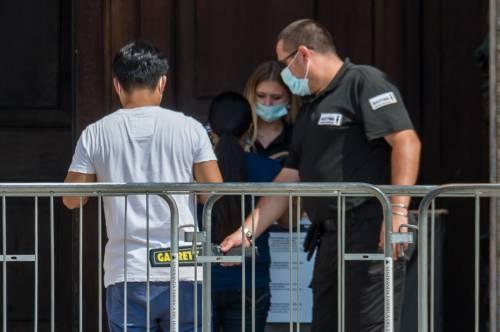 Panico in Duomo a Milano: straniero armato di coltello prende in ostaggio una guardia e la fa inginocchiare 4