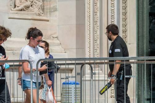 Panico in Duomo a Milano: straniero armato di coltello prende in ostaggio una guardia e la fa inginocchiare 5