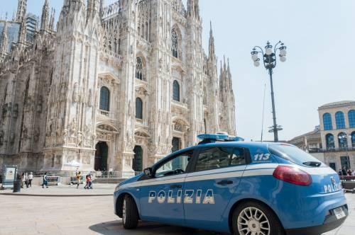 Panico in Duomo a Milano: straniero armato di coltello prende in ostaggio una guardia e la fa inginocchiare 6