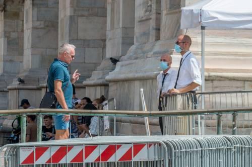 Panico in Duomo a Milano: straniero armato di coltello prende in ostaggio una guardia e la fa inginocchiare 7