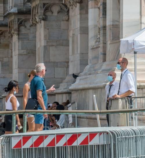 Panico in Duomo a Milano: straniero armato di coltello prende in ostaggio una guardia e la fa inginocchiare 8