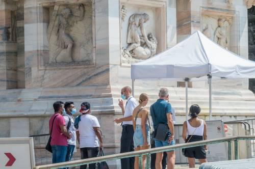 Panico in Duomo a Milano: straniero armato di coltello prende in ostaggio una guardia e la fa inginocchiare 9