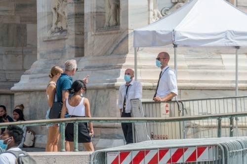 Panico in Duomo a Milano: straniero armato di coltello prende in ostaggio una guardia e la fa inginocchiare 10