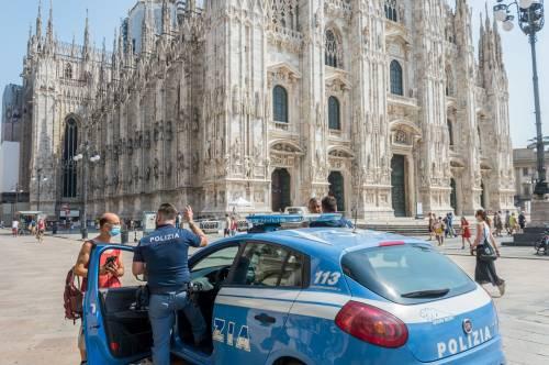 Panico in Duomo a Milano: straniero armato di coltello prende in ostaggio una guardia e la fa inginocchiare 11