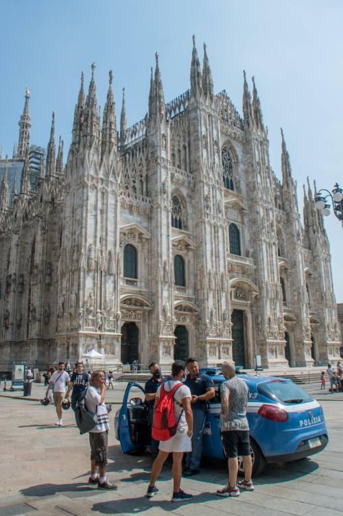Panico in Duomo a Milano: straniero armato di coltello prende in ostaggio una guardia e la fa inginocchiare 13
