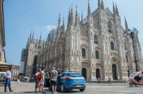 Panico in Duomo a Milano: straniero armato di coltello prende in ostaggio una guardia e la fa inginocchiare 14