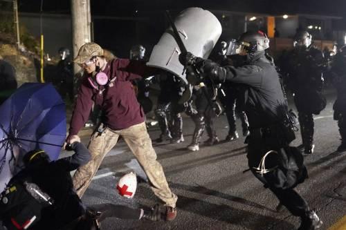 """Antirazzisti sotto accusa: """"Pestaggio a un corteo"""""""