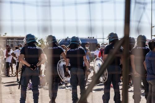 Rissa fra migranti a Lampedusa: gli ospiti dell'hotspot si contendono gli spazi