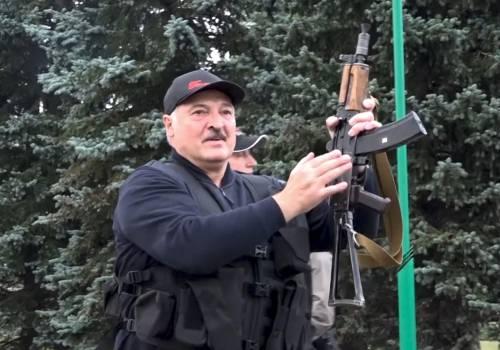 Lukashenko e la foto col kalashnikov. Ora teme di fare la fine di Ceausescu
