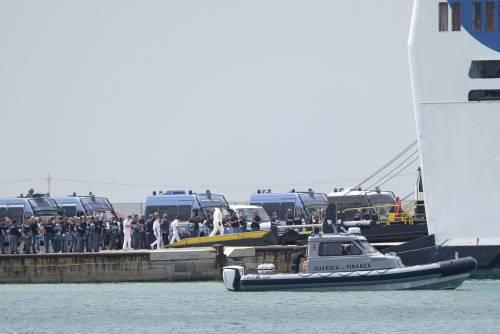 Il pugno duro di Musumeci ha effetto: i migranti lasciano Lampedusa