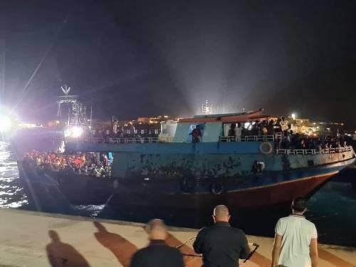 Lo sbarco choc a Lampedusa: arriva un barcone con 450 migranti