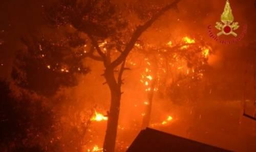 Fiamme, fumo e paura: un rogo nel Palermitano, evacuate 400 persone