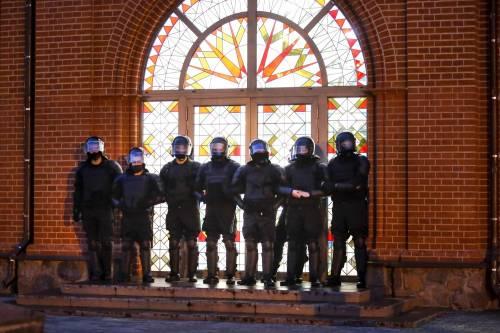 Bielorussia, ora l'esercito blocca l'arcivescovo al confine